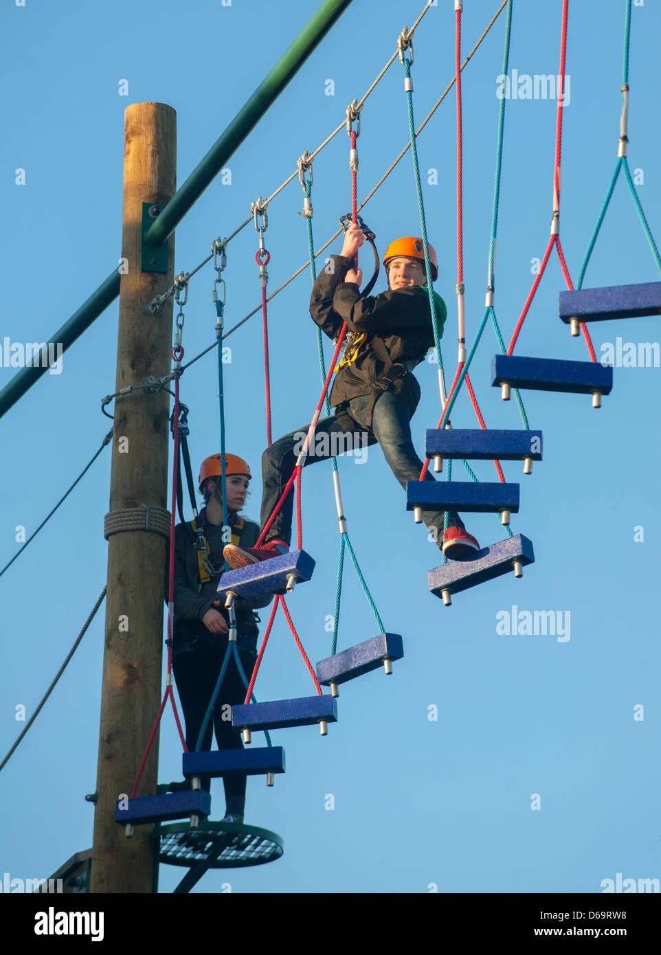 Adolescents escalade sur le parcours Photo Stock