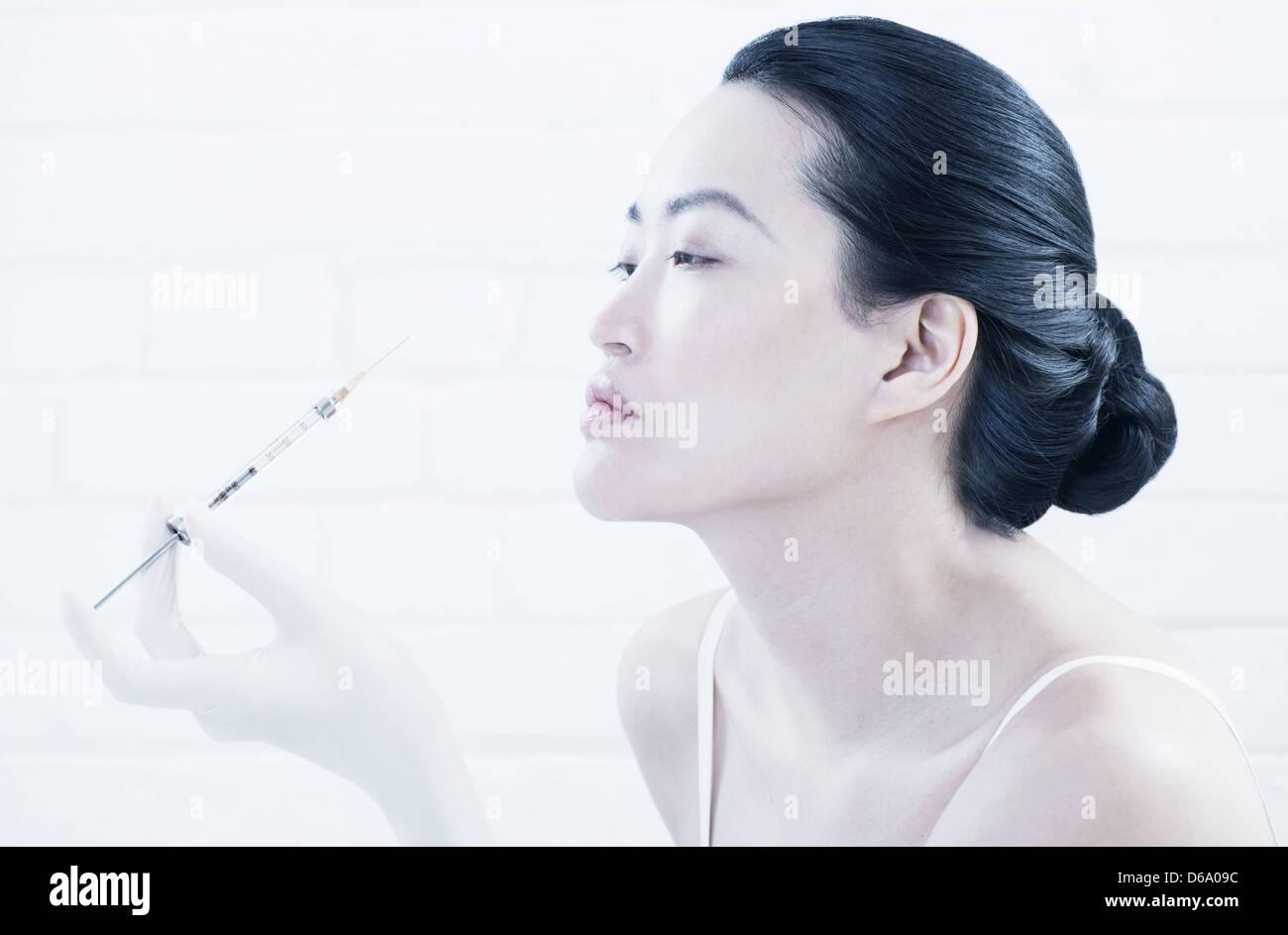 Woman having Botox injection en face Banque D'Images
