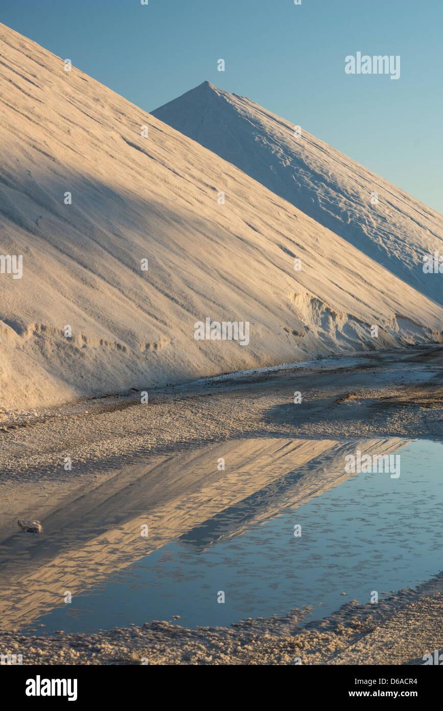 Lever de soleil sur l'industrie du sel, les tas de sel Banque D'Images
