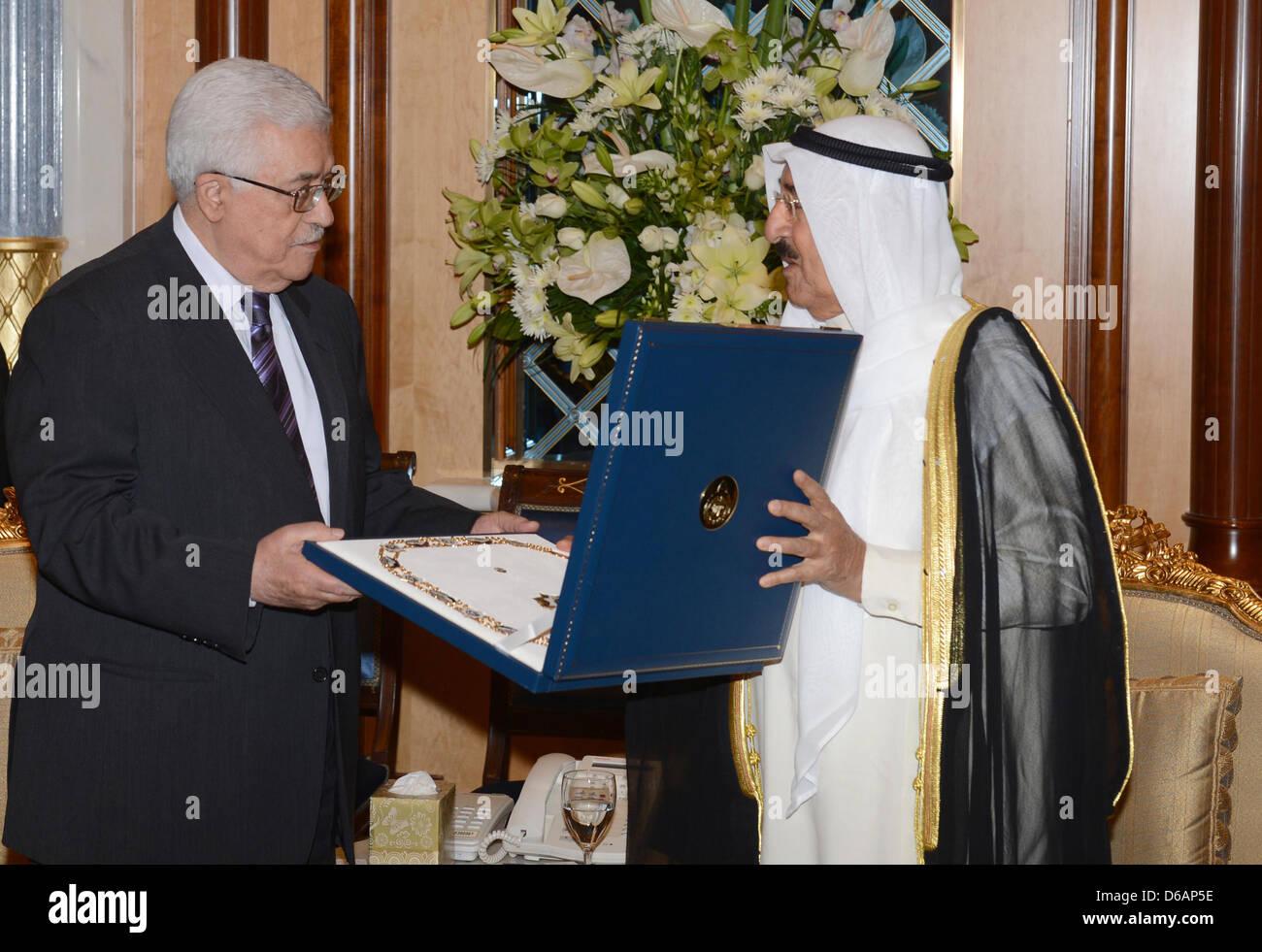 Le Koweït. Le 15 avril 2013. Le président palestinien Mahmoud Abbas (Abou Mazen), donne à l'Emir du Koweït, cheikhBanque D'Images