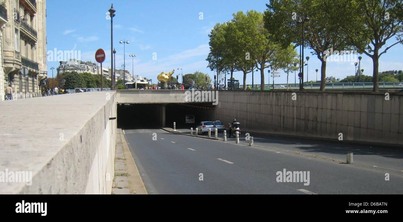 Le enntrance au Pont de l'Alma, du tunnel où la princesse Diana meurt dans un accident de voiture le 31 août 1997, est représentée à Paris, France, 23 août 2012. La réplique de la flamme de la Statue de la liberté sera utilisé comme emplacement pour le commemration de Diana. Photo: Benjamin Wehrmann Banque D'Images