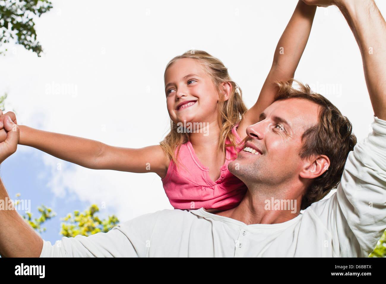 Père fille transportant dans park Photo Stock