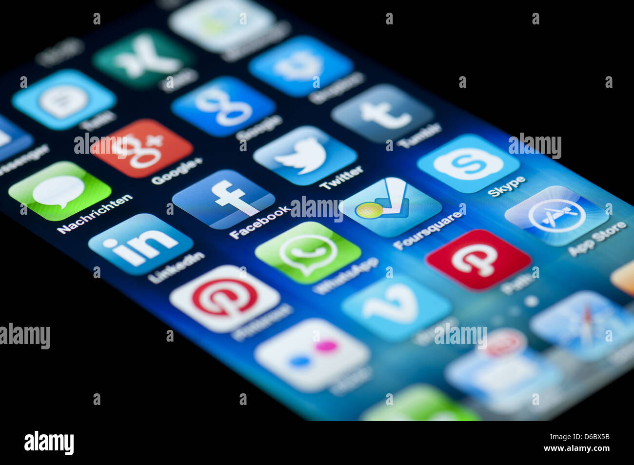 Close-up of an Apple iPhone 5 écran montrant l'App Store et de différents médias sociaux apps. Photo Stock