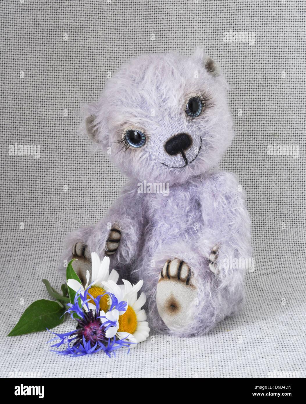 Lilac teddy-bear avec une bande de Photo Stock