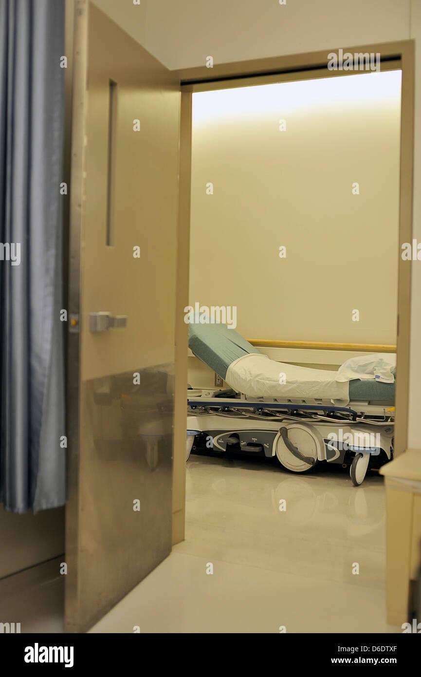 À la recherche de porte de chambre d\'hôpital à un lit vide Los ...