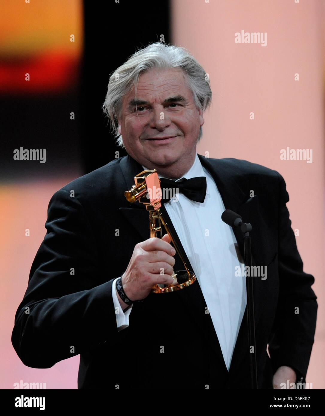 """L'acteur allemand Peter Simonischek détient le trophée pour la catégorie """"Meilleure actrice allemande' lors de la 47e cérémonie de remise des prix de la caméra d'or à Berlin, Allemagne, 4 février 2012. Le prix honore les réalisations exceptionnelles dans la télévision, le cinéma, et de divertissement. Nina Kunzendorf, qui a reçu la meilleure actrice allemande ne pouvait pas prendre part à la suite d'une maladie. Photo: Maurizio Gambarini dpa/lbn +++(c Banque D'Images"""