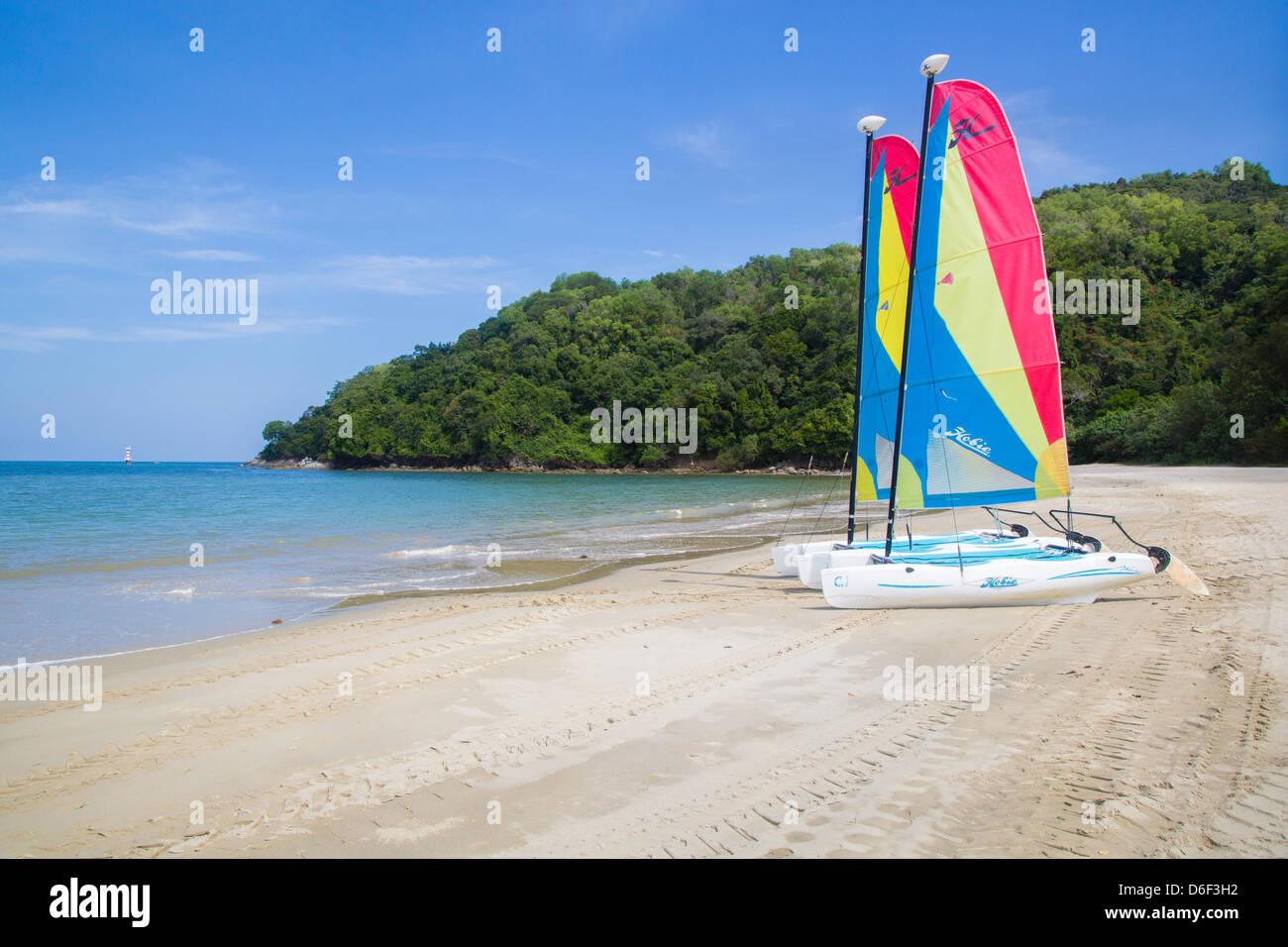 Dériveurs Hobie sur Rasa Ria beach près de Kota Kinabalu à Sabah Bornéo Banque D'Images