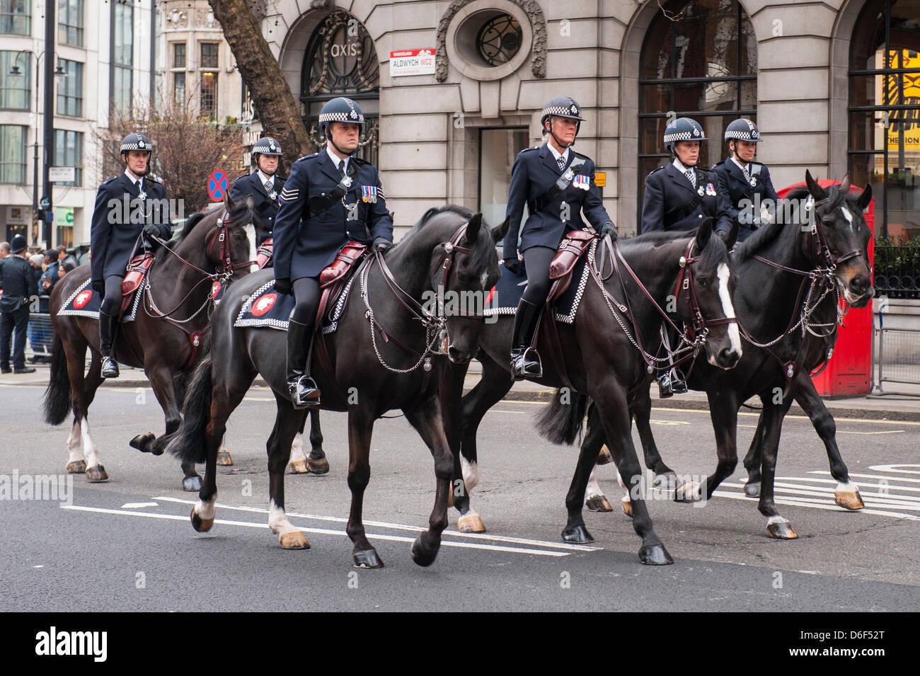 Aldwych London Strand la baronne Margaret Maggie Thatcher défilé cortège funèbre Metropolitan Police montée sur Banque D'Images