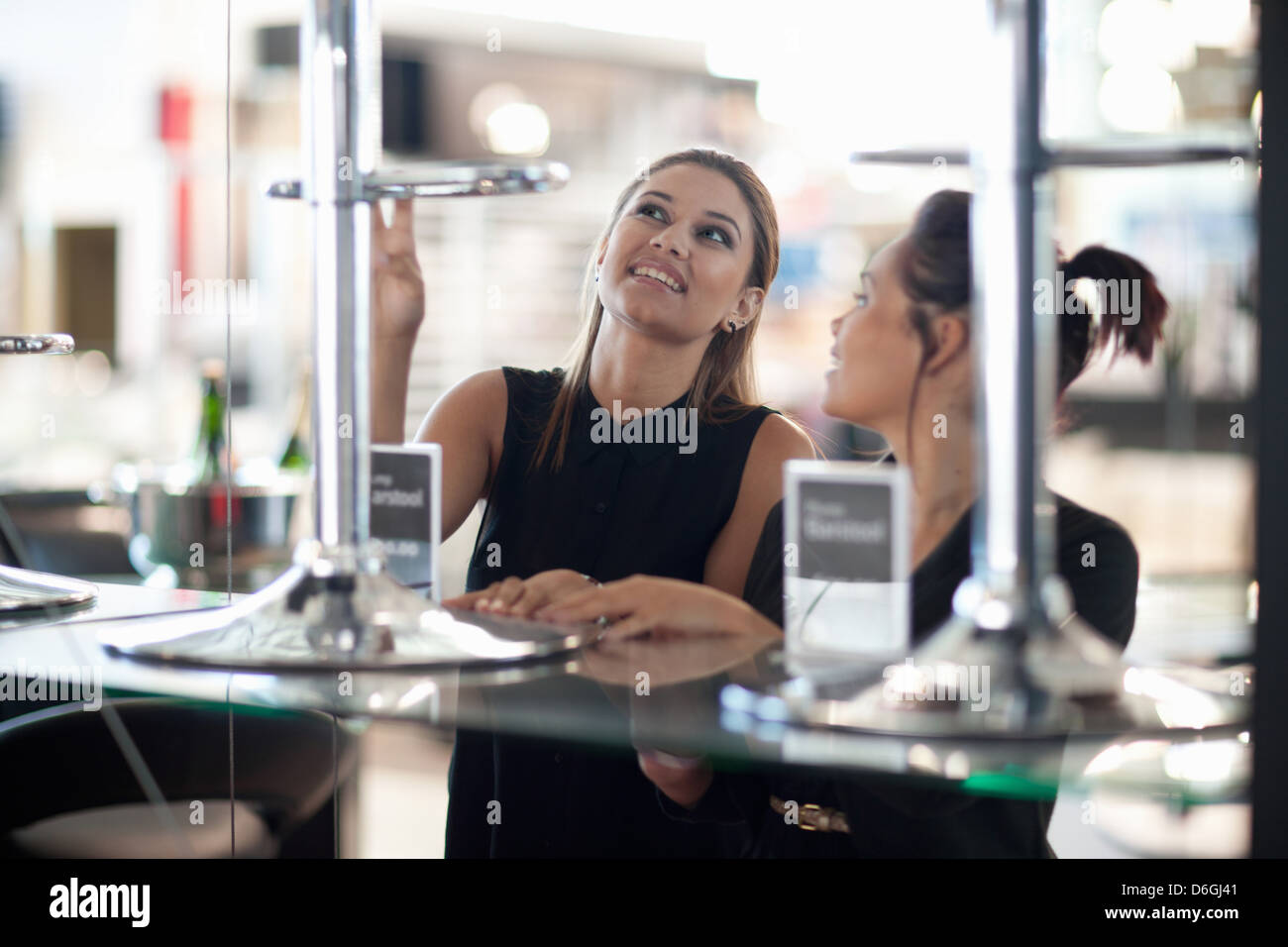 Les femmes shopping pour les chaises en magasin Photo Stock