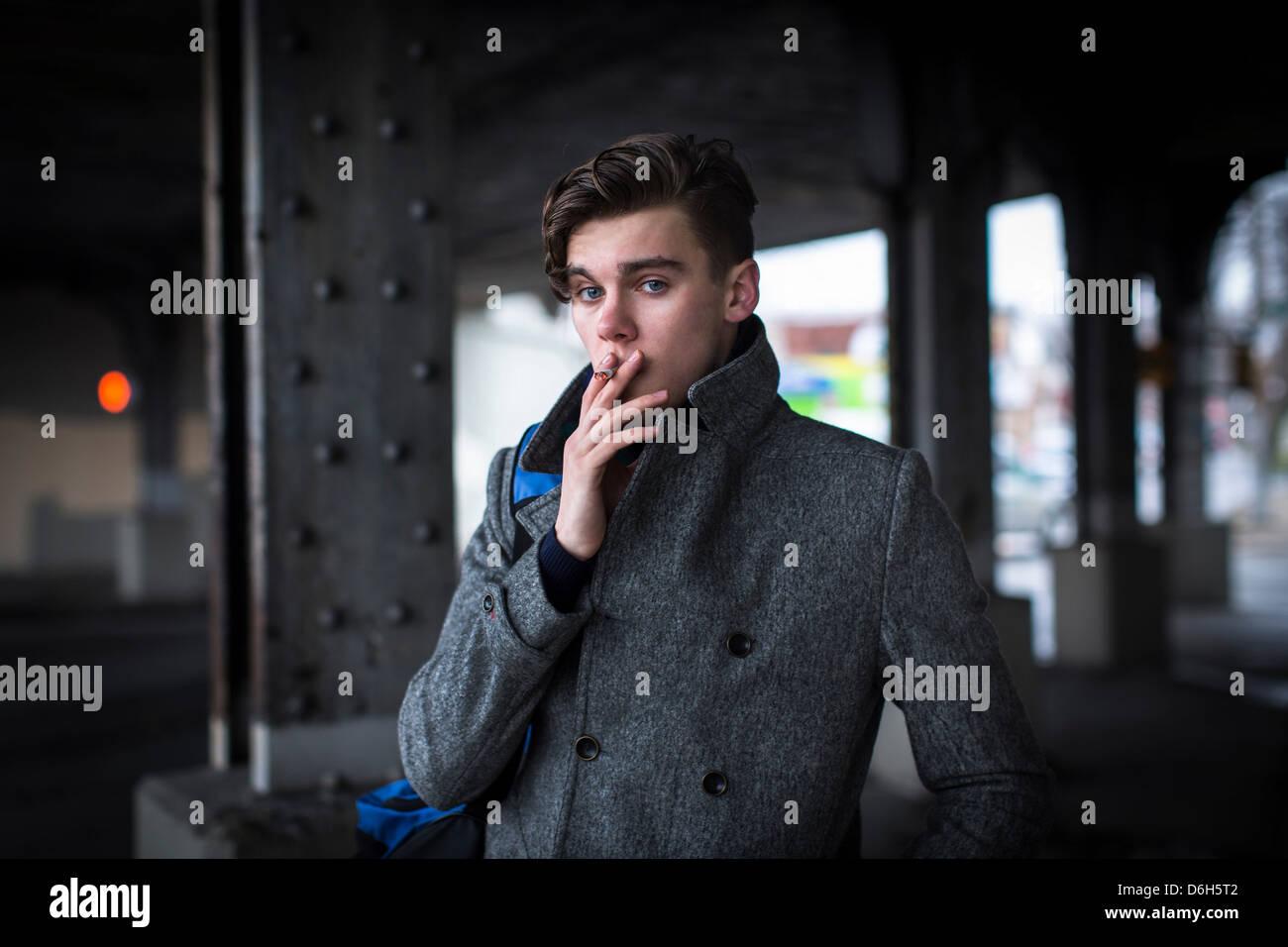 Cigarette à l'extérieur de l'homme Photo Stock