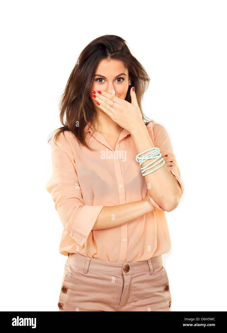 Jeune femme élégante surpris en utilisant sa main pour couvrir sa bouche Photo Stock