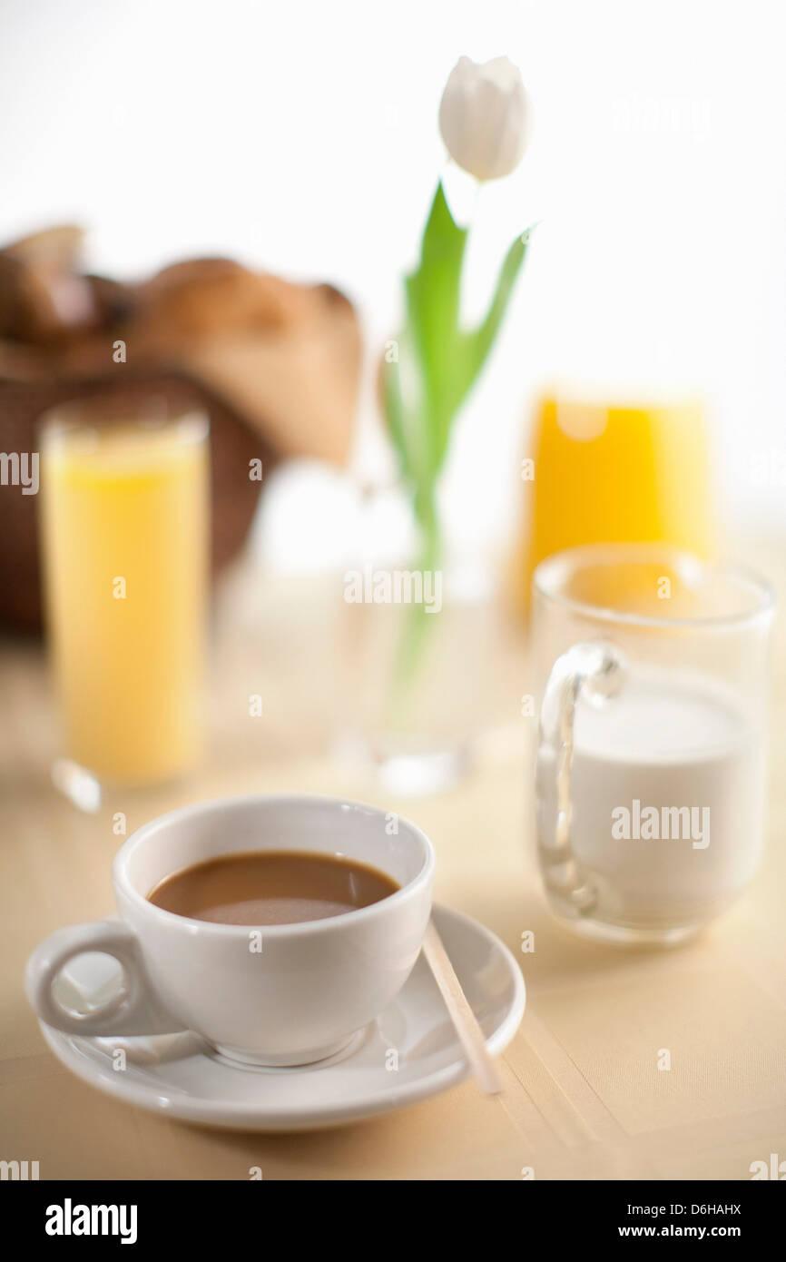 Tasse de café avec du lait et du jus d'orange Photo Stock
