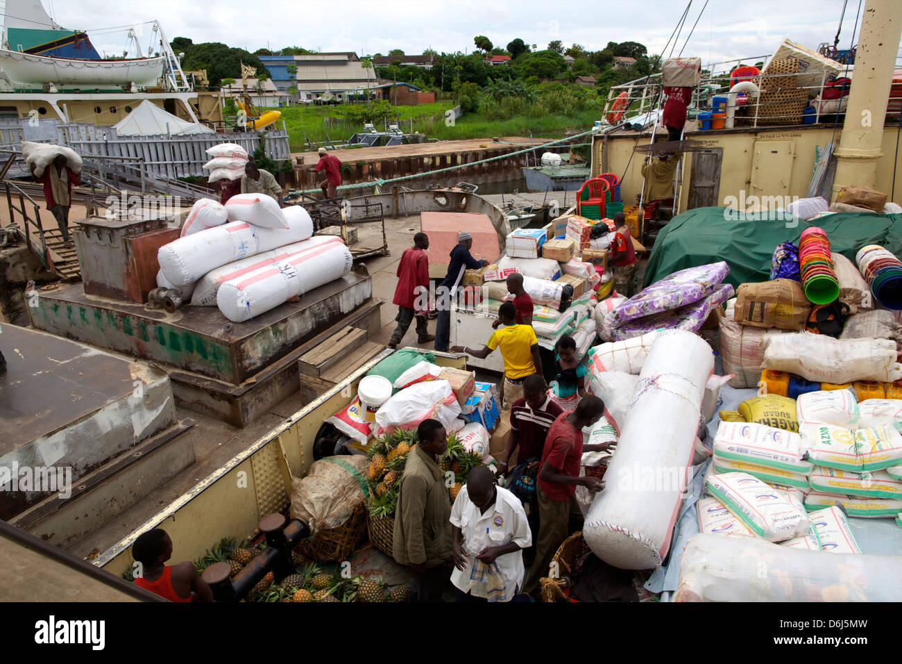 L'embarquement des marchandises et des voyageurs à Kigoma (Tanzanie, Afrique orientale, Afrique du Sud Photo Stock