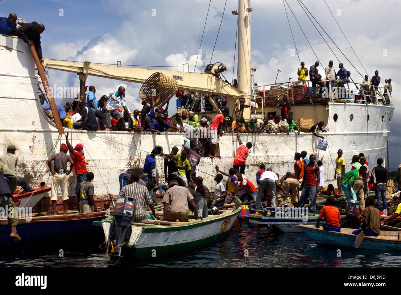 Personnes et des biens l'embarquement à l'escale dans un village de la côte tanzanienne du lac Photo Stock
