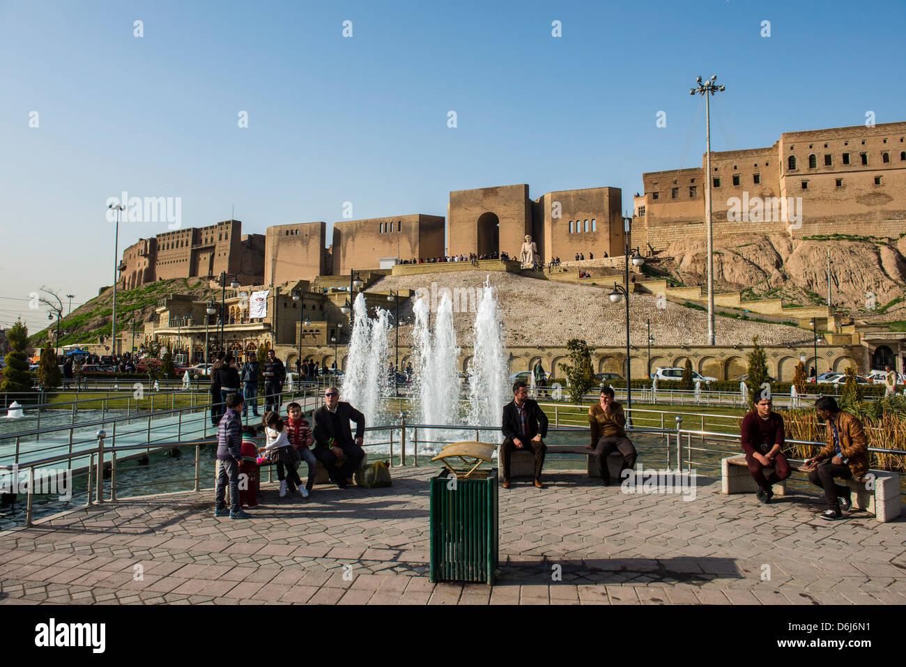 Grande place avec fontaines d'eau au-dessous de la citadelle d'Erbil (Hawler), capitale de l'Irak Kurdistan, Photo Stock