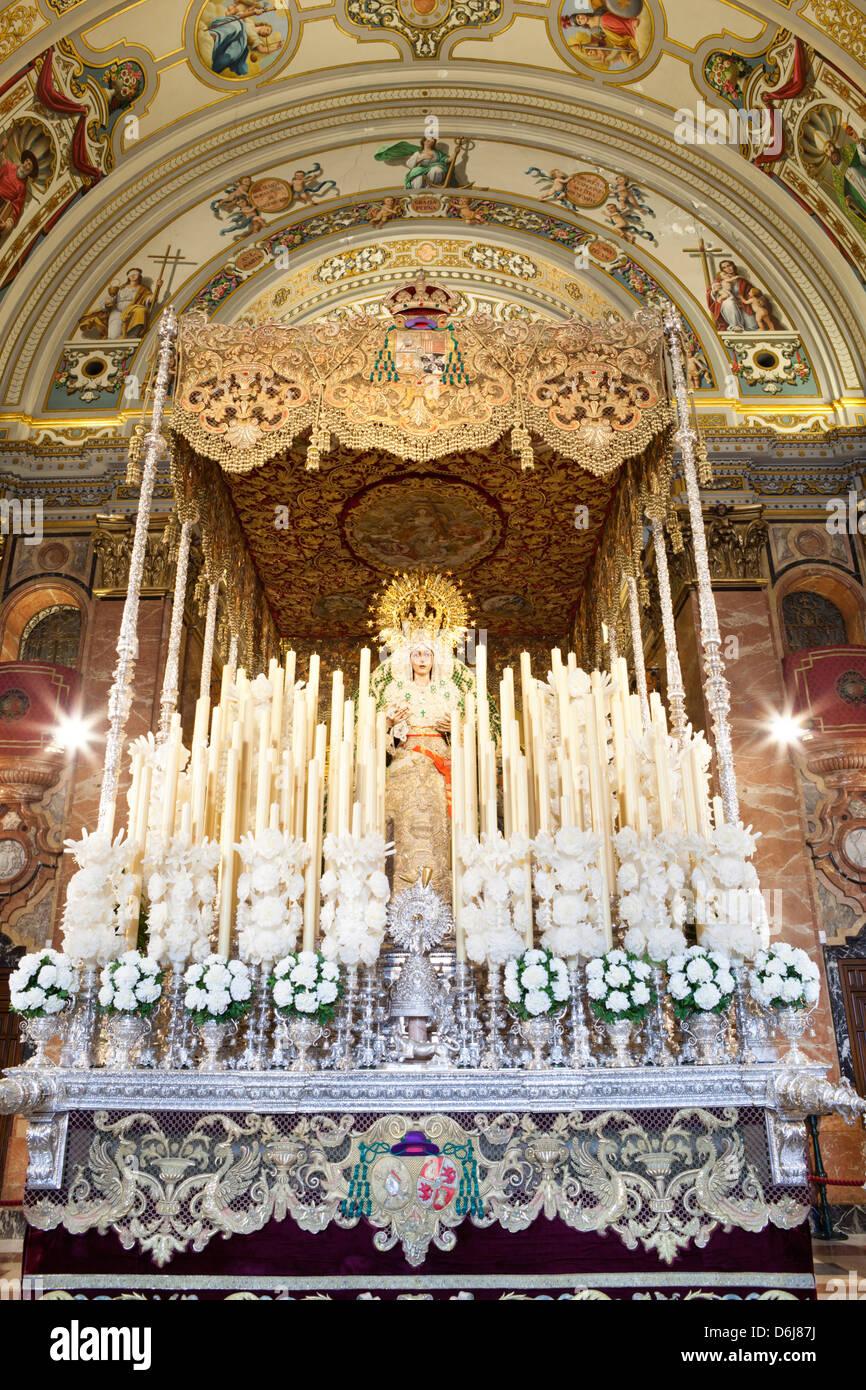 Flotteur (PASOS) de la Vierge Marie réalisée pendant la Semana Santa (Semaine Sainte), Séville, Andalousie, Photo Stock