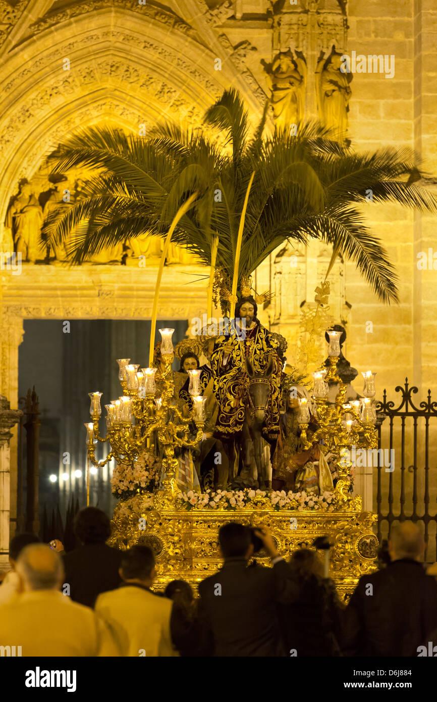 Semana Santa (Semaine Sainte) flotter avec l'image du Christ à l'extérieur de la cathédrale Photo Stock