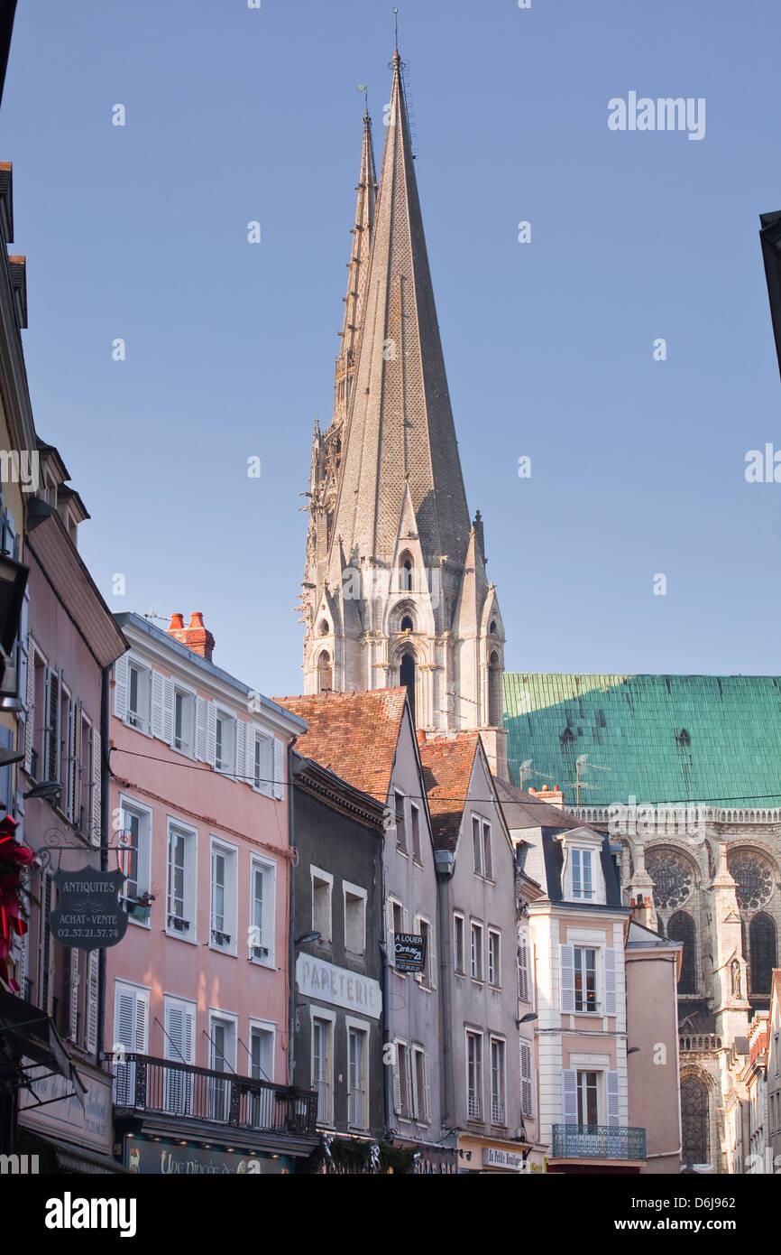 Le quartier gothique clochers de la cathédrale de Chartres, l'UNESCO World Heritage Site, Chartres, Eure Photo Stock