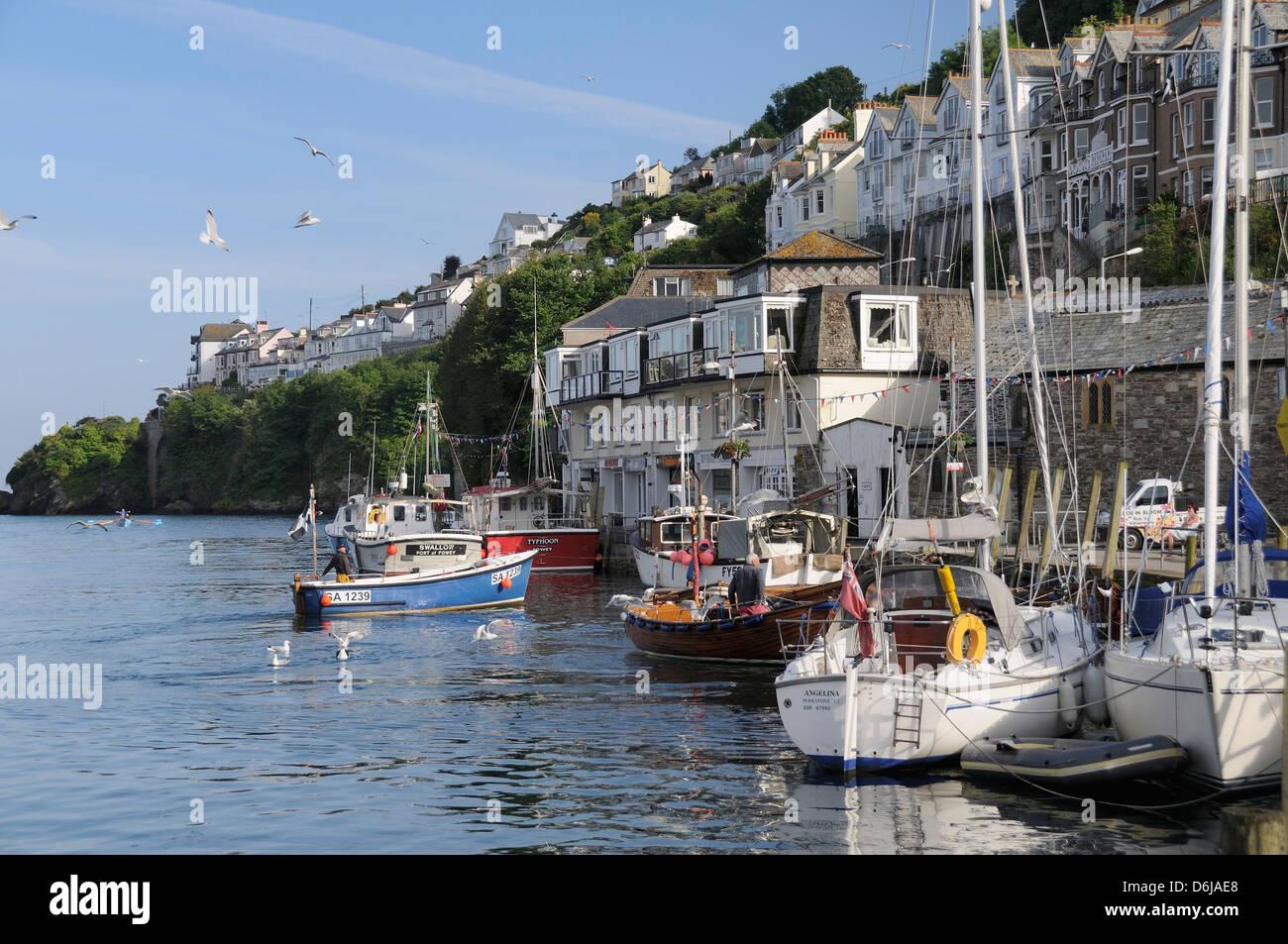 Bateau de pêche à venir dans d'amarrer à côté d'autres bateaux de pêche et Photo Stock