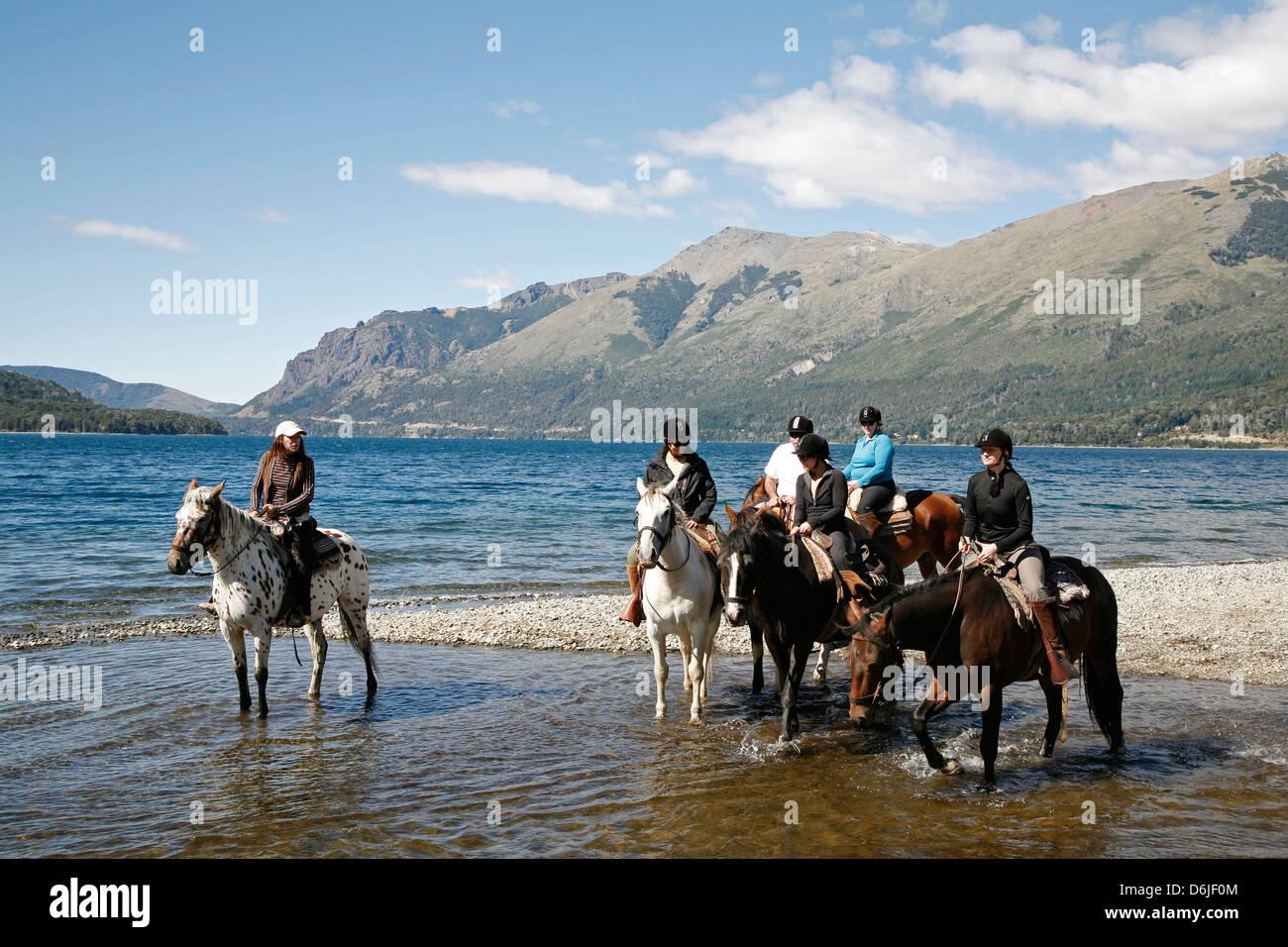 L'équitation par Guttierez Lake dans la région de Estancia Hôtel Hue, Patagonie, Argentine, Amérique Photo Stock