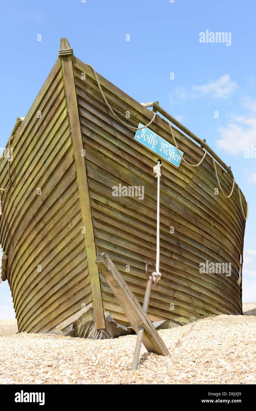 Le Jolly roger bateau de pirate avec fond de ciel bleu Photo Stock