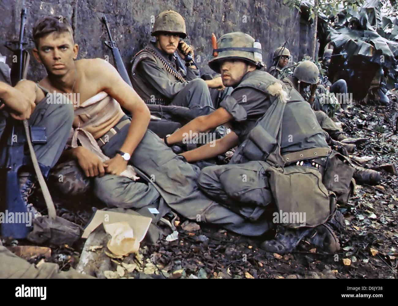 US Marine D. R. Howe traite les blessures du Soldat de première classe D. A. Crum pendant l'Offensive du Photo Stock
