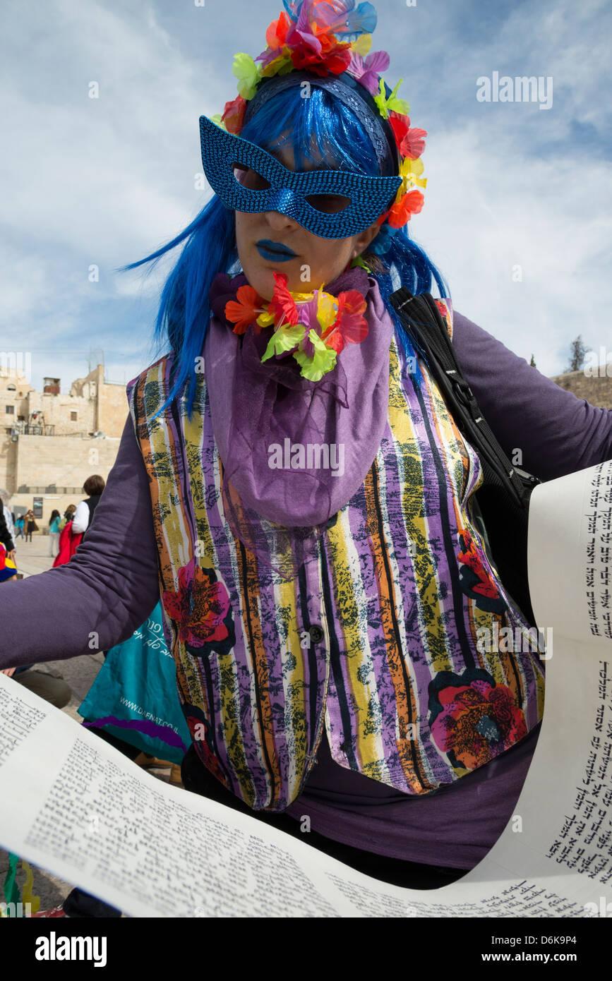 Les femmes au mur déguisé vers la lecture de la Megilah d'Esther sur Pourim fête juive. Vieille Photo Stock