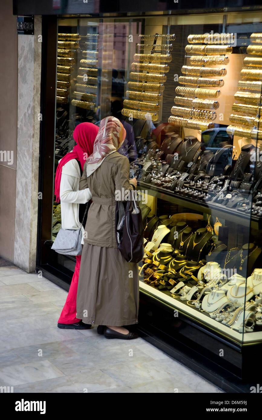 Les femmes musulmanes window shopping pour les bijoux à Istanbul, Turquie Photo Stock