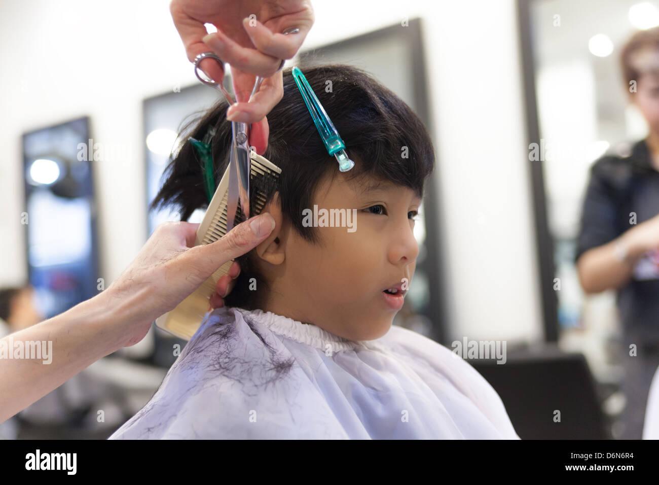 Un Jeune Garcon Se Coupe Au Salon De Coiffure Banque D Images Photo