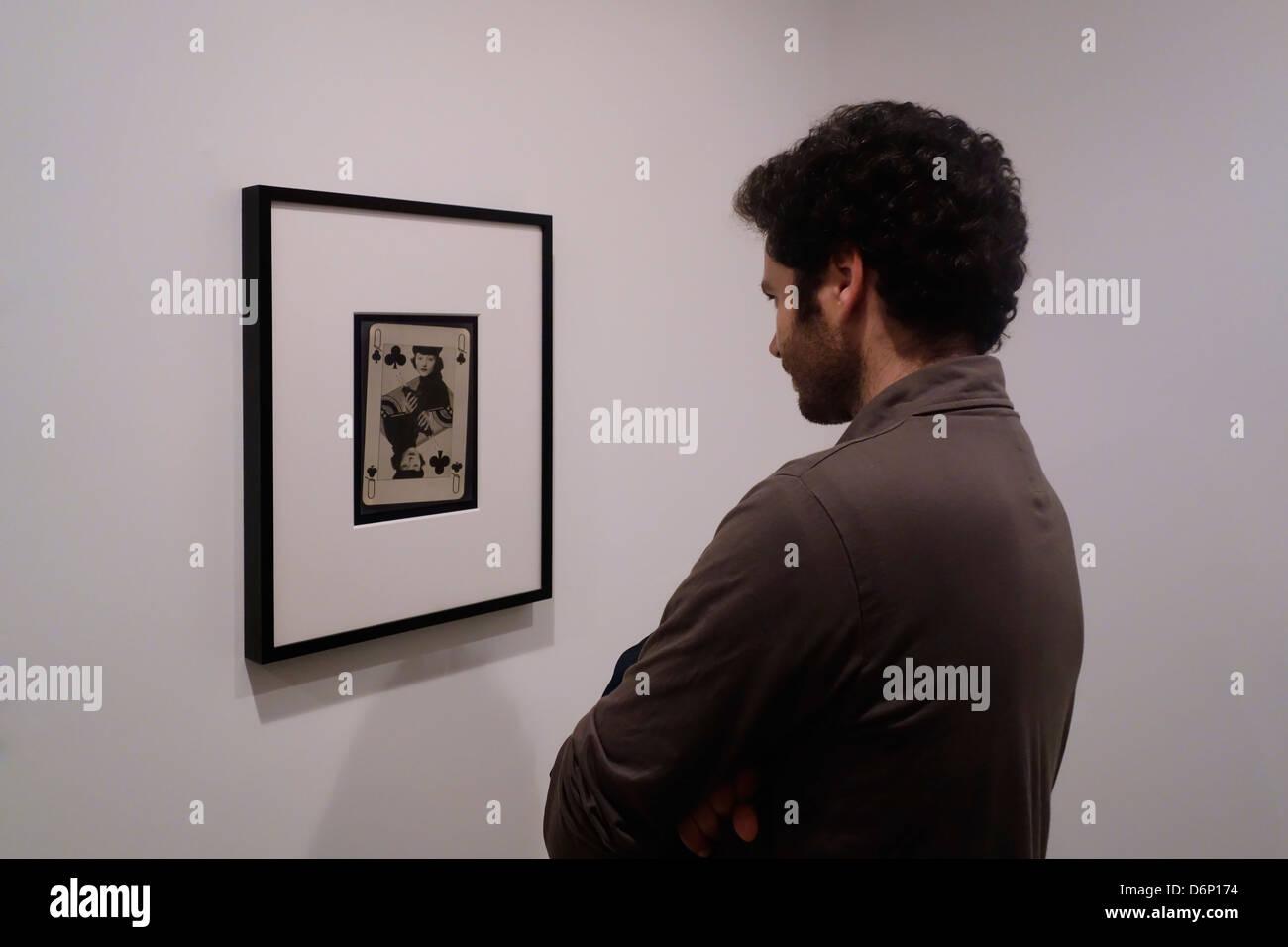 À la recherche d'un visiteur à Man Ray photographie dans une exposition de photos consacrée au Photo Stock