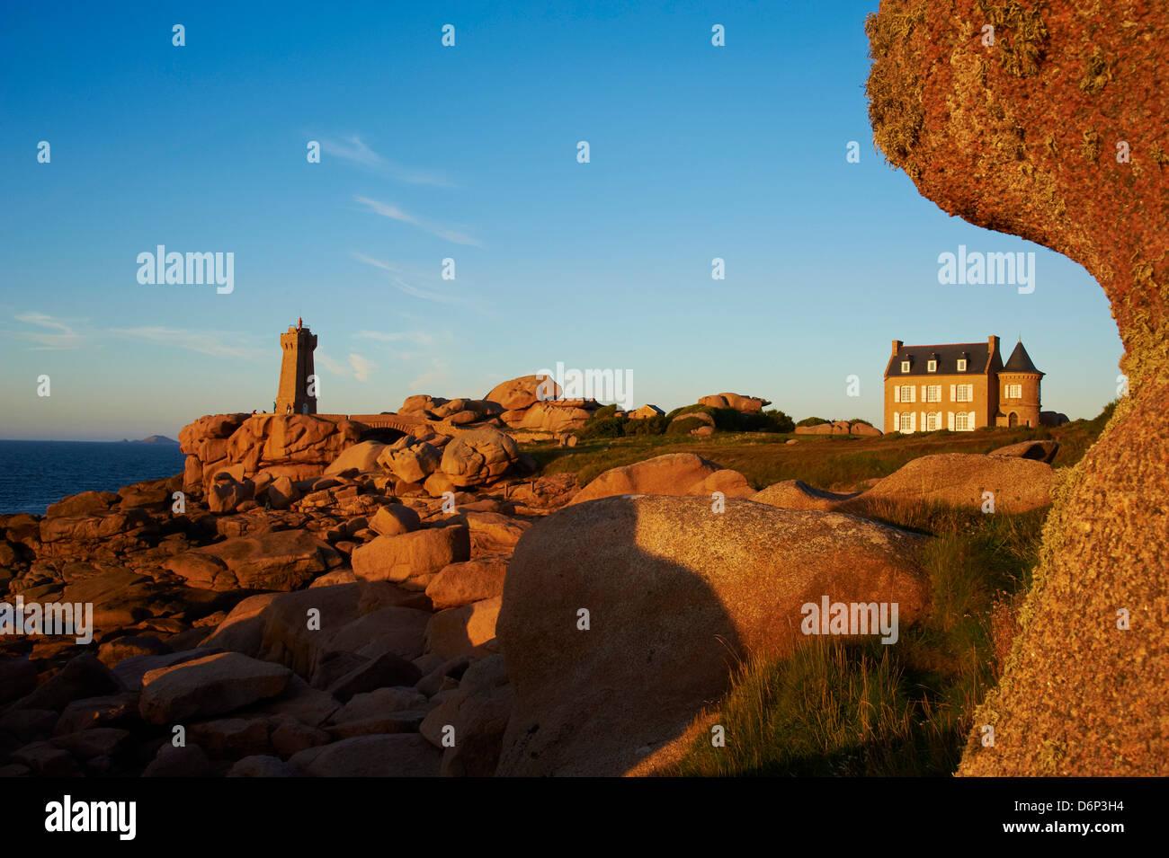 La pointe de Squewel et signifier Ruz Lighthouse, Men Ruz, maison du littoral, Ploumanach, Cotes d'Armor, Bretagne, Photo Stock