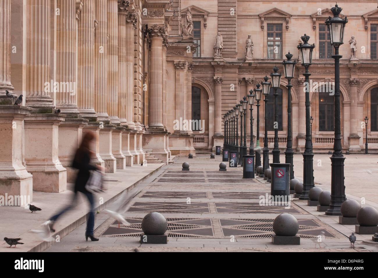 Une femme marche à travers le musée du Louvre à Paris, France, Europe Photo Stock