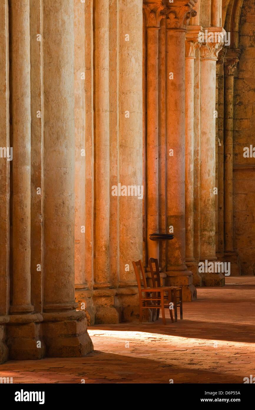 La solitude à l'intérieur de l'église Saint Pierre de l'abbaye de Chartres, Eure-et-Loir, Photo Stock