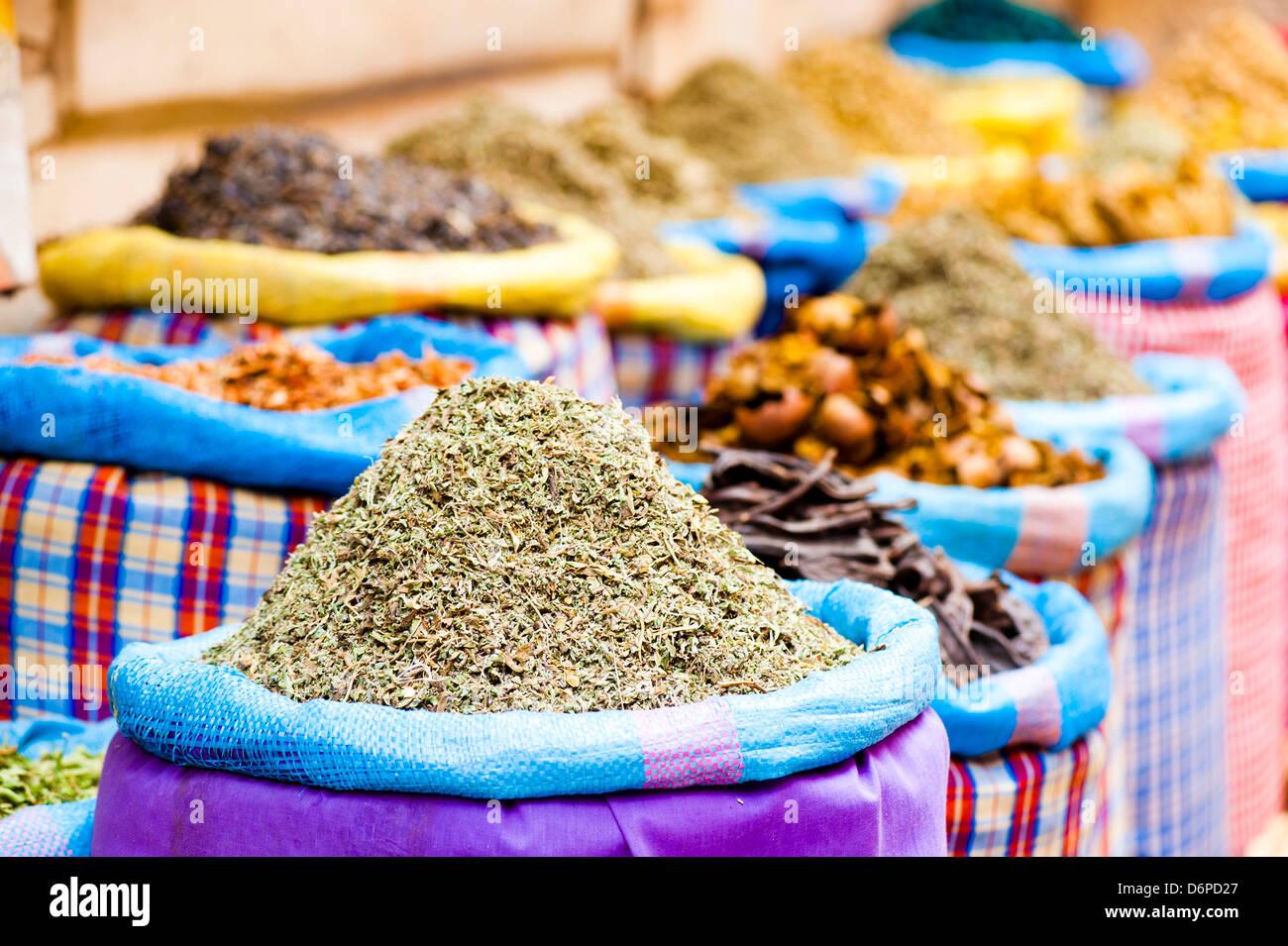 Épices colorées dans les souks juste à côté de la Place Djemaa El Fna, Marrakech, Maroc, Photo Stock