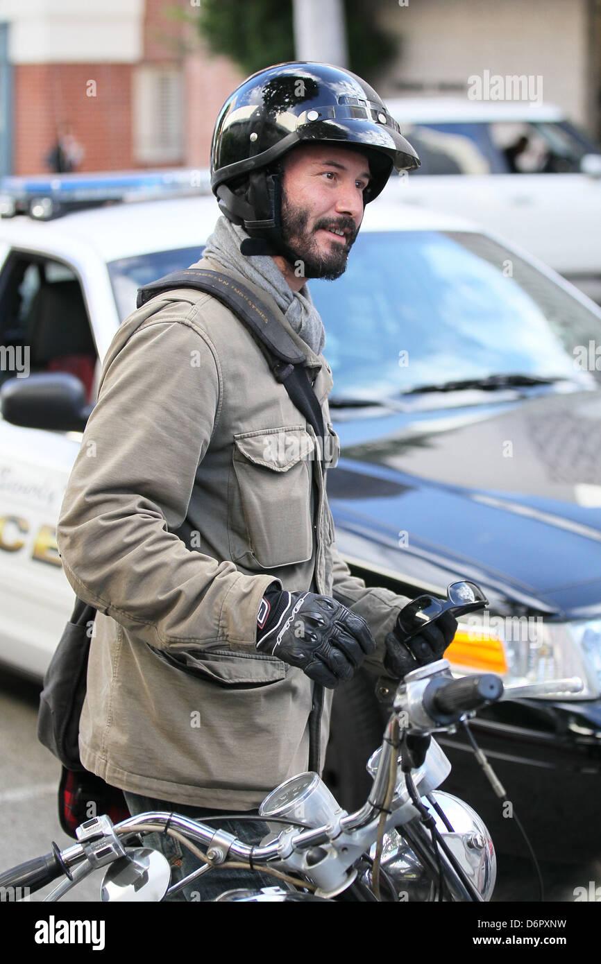 Keanu Reeves de retour à la scène pour évaluer les dégâts une femme , Roxbury Drive soutenu Photo Stock