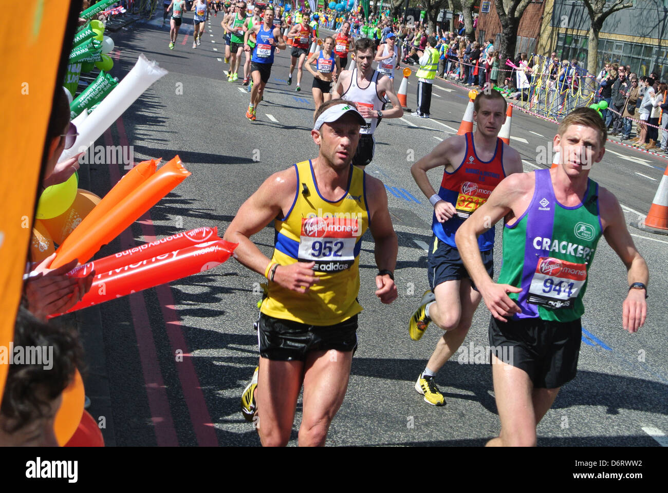 Marathon de Londres, glissières, bleu le marquage routier, Photo Stock