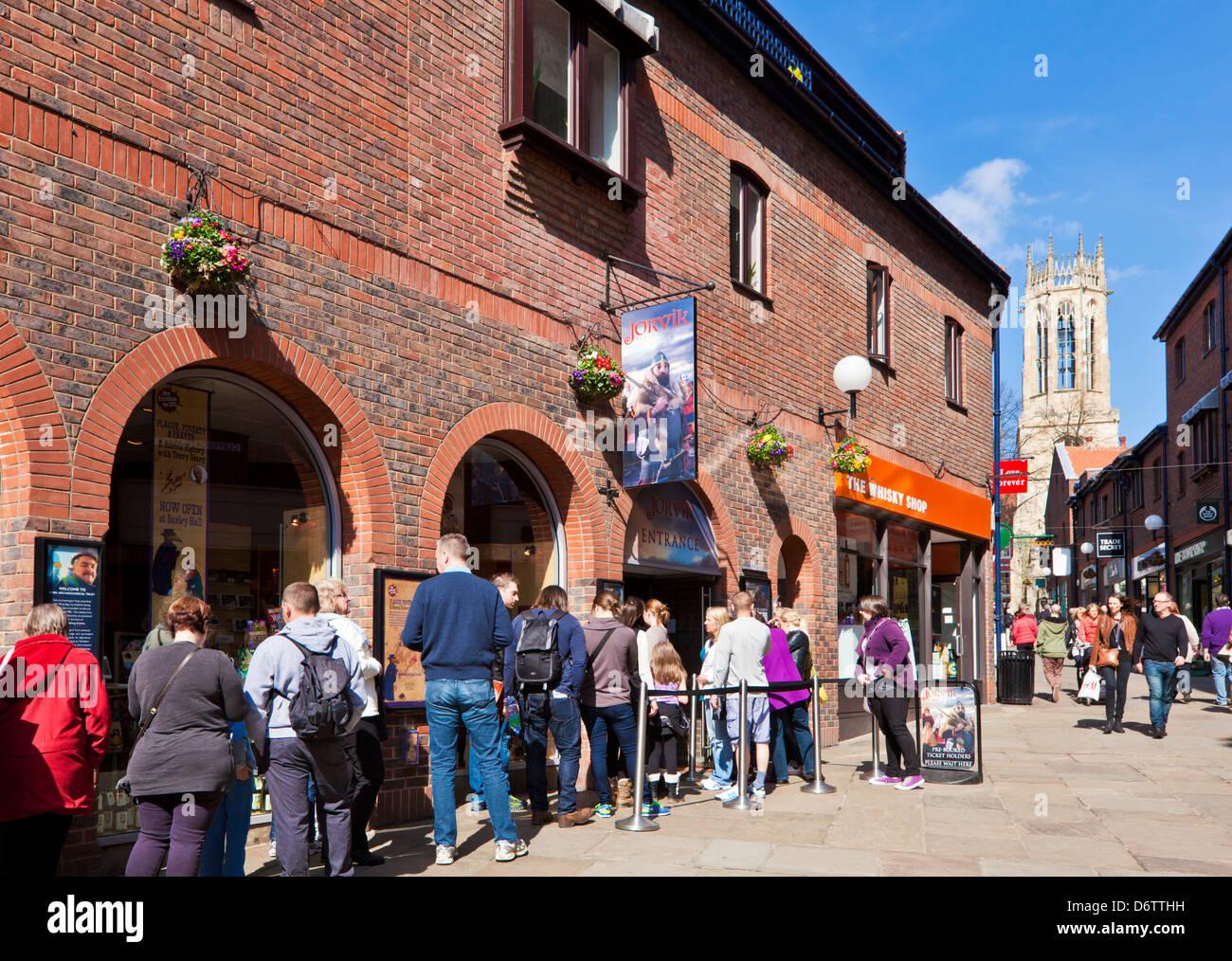 Les touristes en attente à l'entrée de New York centre Jorvik Viking Centre-ville Coppergate North Photo Stock