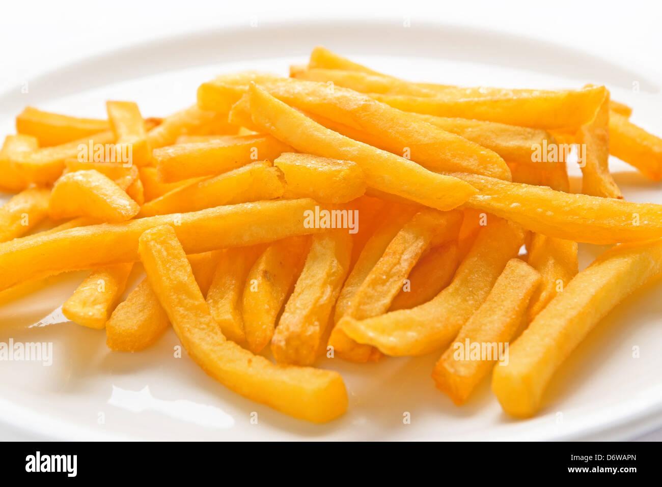 Frites servi sur une plaque blanche. Photo Stock