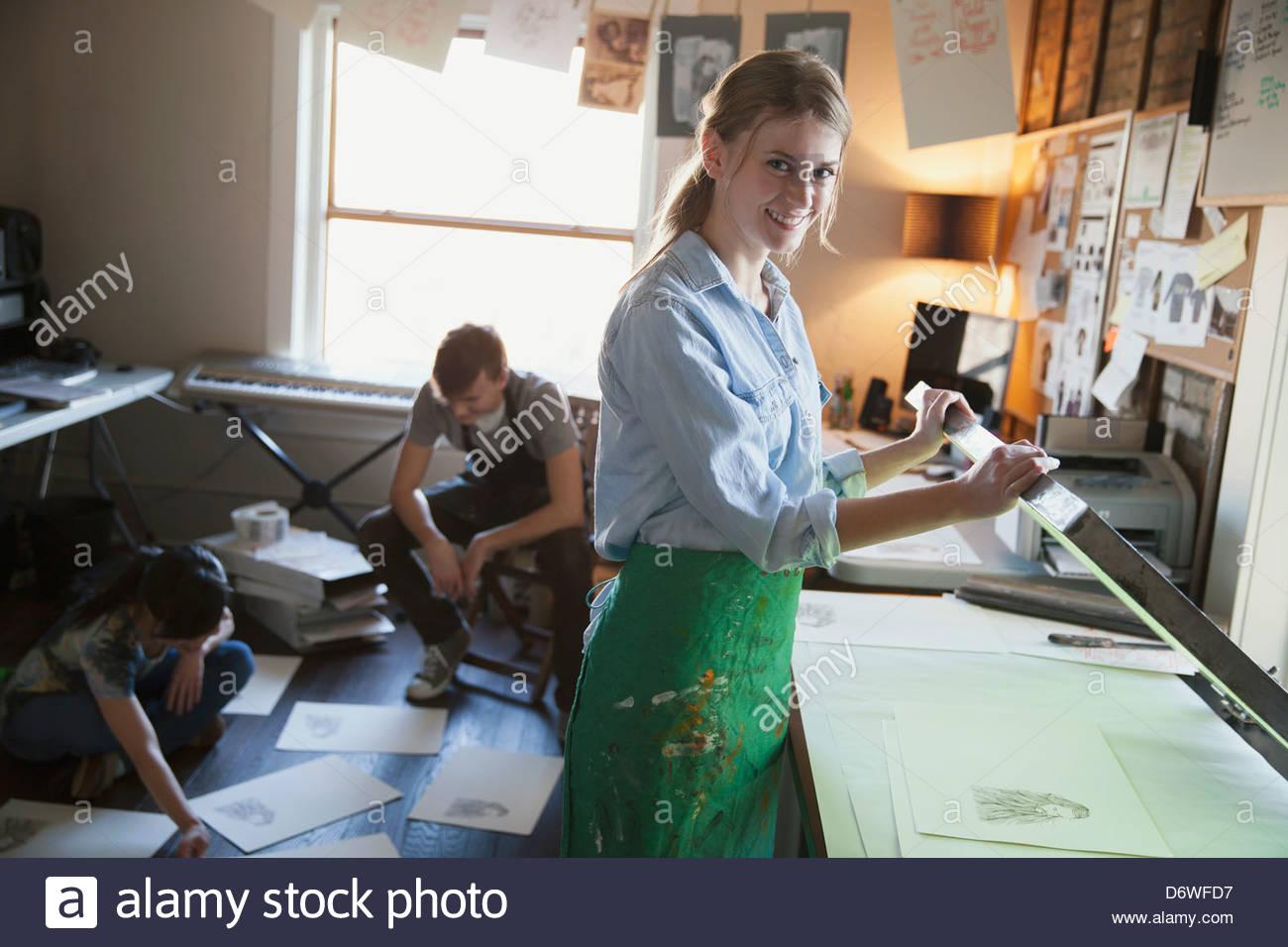 Portrait de femme graveur avec des collègues travaillant en arrière-plan Photo Stock