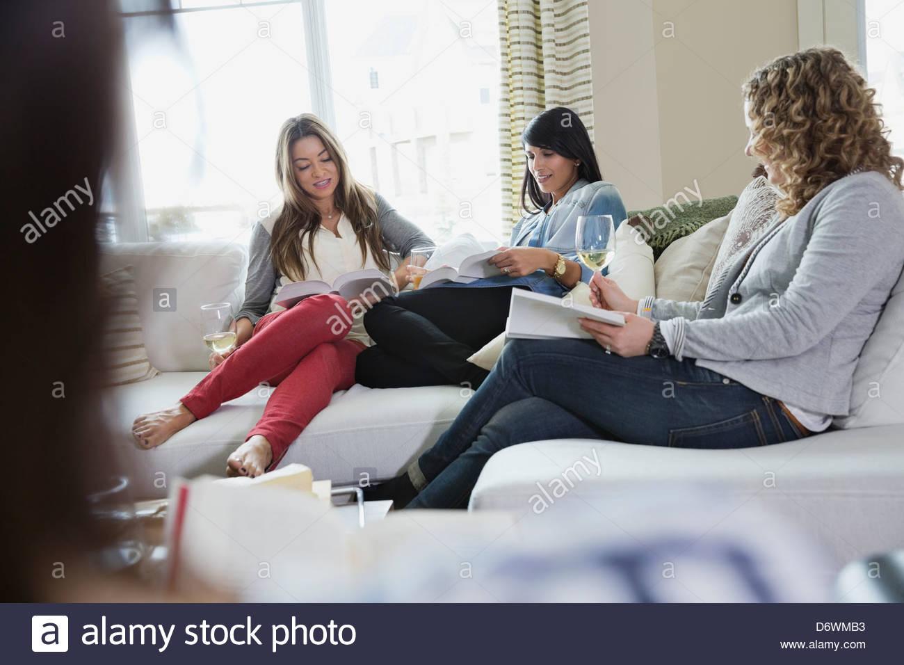 Femme mûre de la lecture de livres au cours de house party Photo Stock