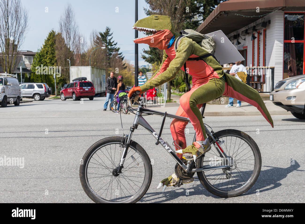 Les dinosaures contre fossile à Vancouver le jour de la Terre 2013 Festival et défilé Photo Stock