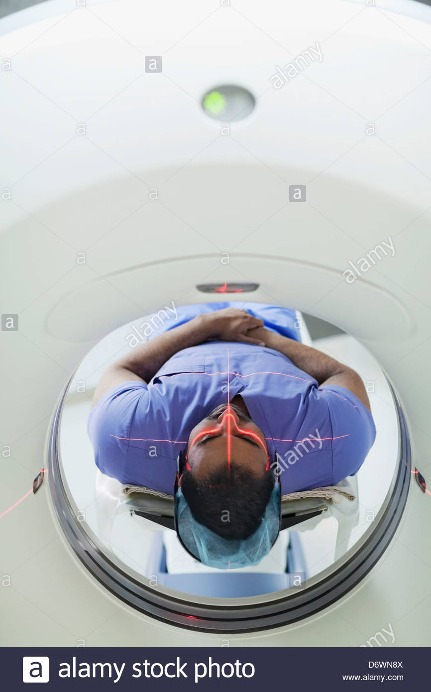 Mid adult male patient passant par CT scan Photo Stock