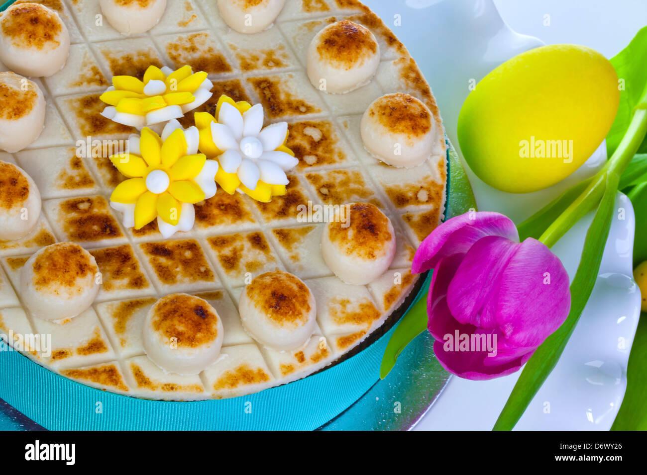Gâteau de Pâques traditionnel décoré de fleurs en massepain. Photo Stock