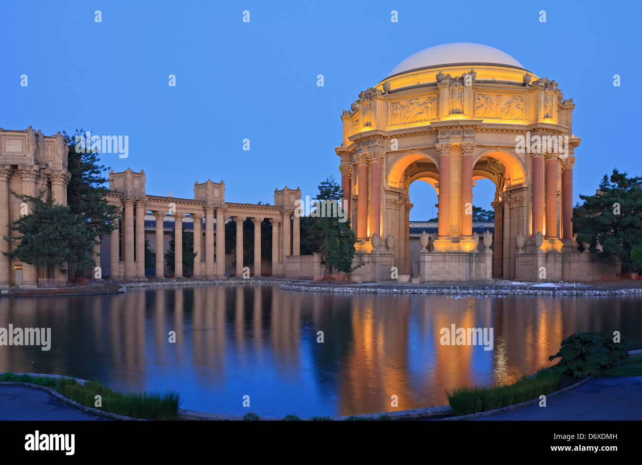 Palace of Fine Arts et Exploratorium au crépuscule, San Francisco, California USA Photo Stock