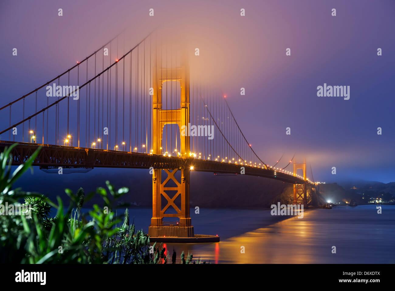 Le Golden Gate Bridge sous le brouillard, San Francisco, California USA Photo Stock