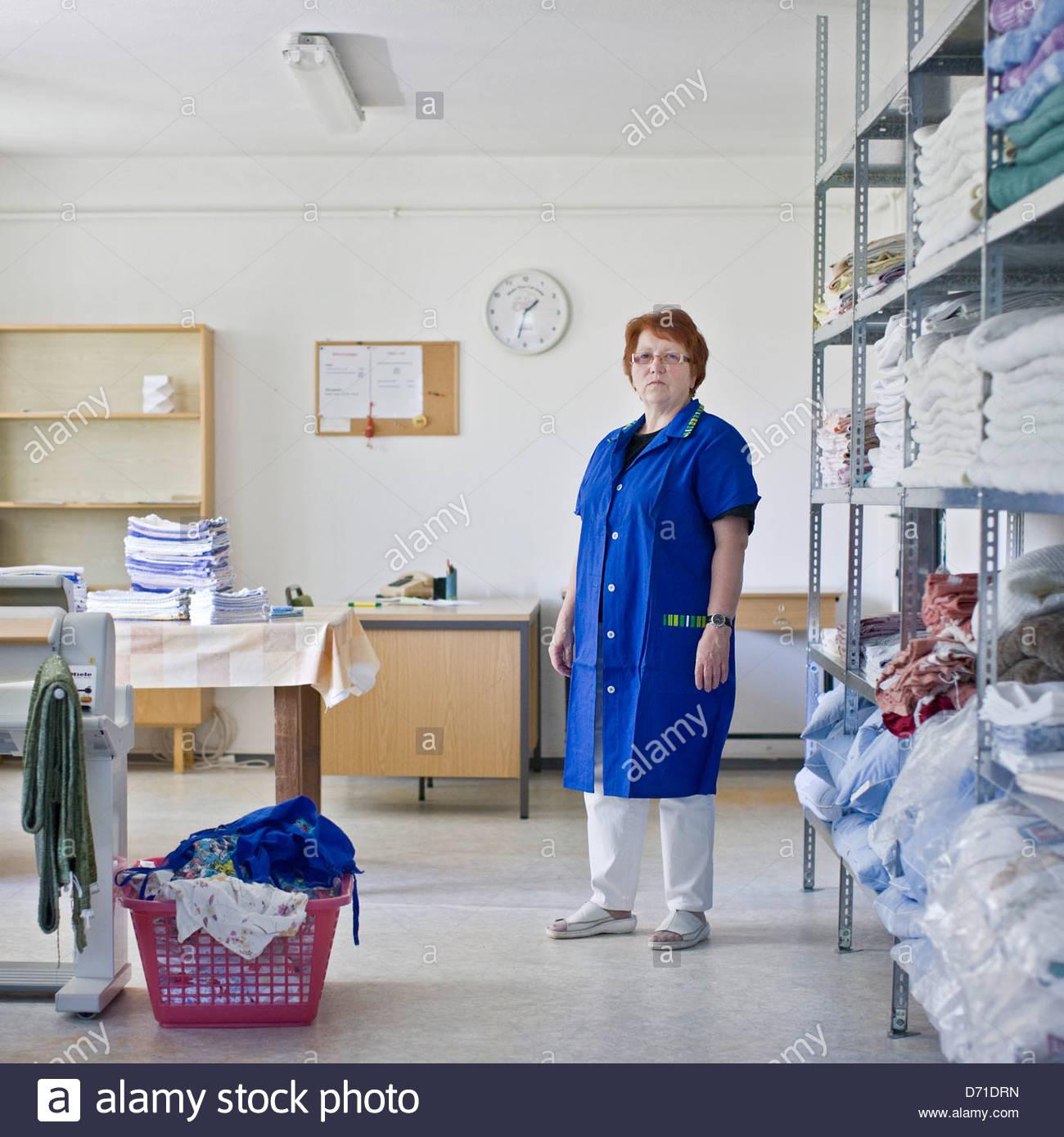Portrait d'une femme debout dans une blanchisserie Banque D'Images