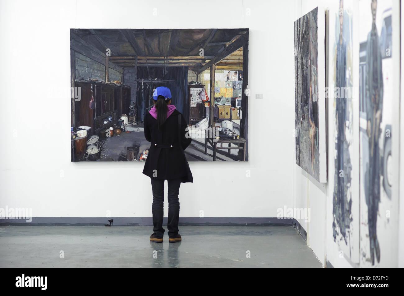 Une jeune fille d'une des études de peinture à Shanghai's 50 Moganshan Road Art District, Shanghai, Photo Stock