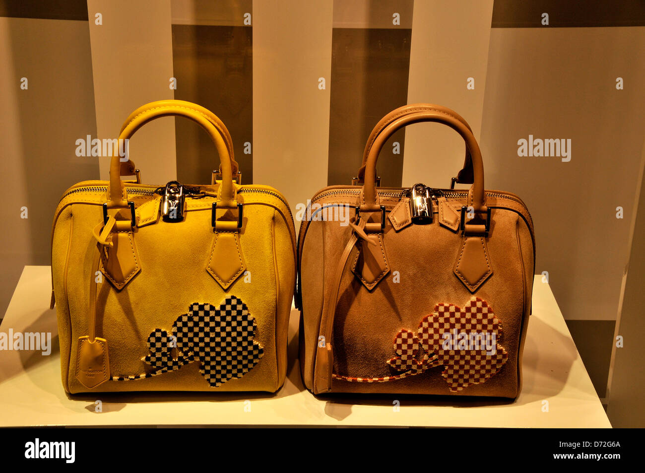 3b19b29fcf Louis Vuitton femme sac à main dans la fenêtre de LV boutique dans le  centre commercial de Dubaï