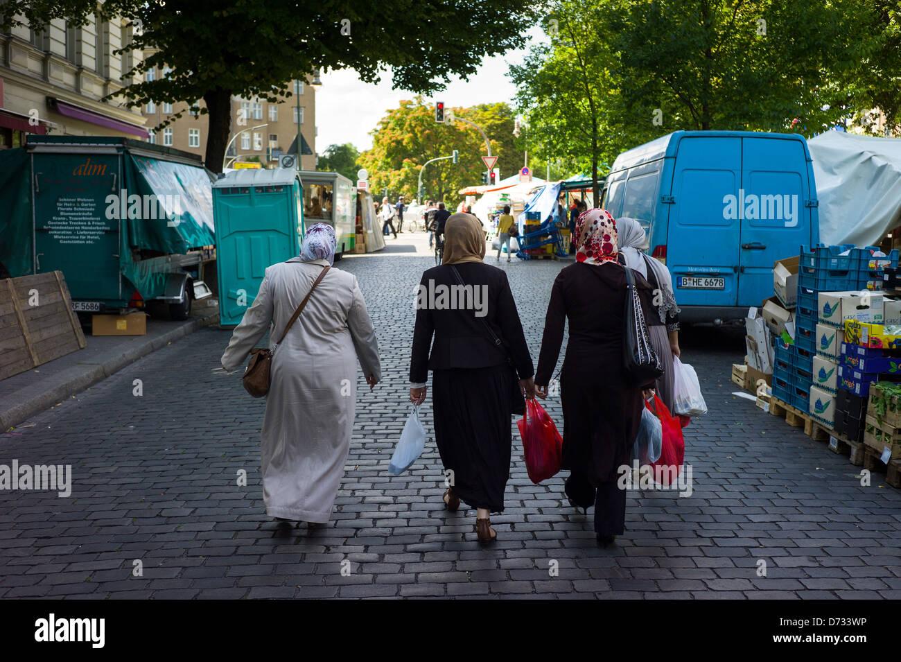 Berlin, Allemagne, les femmes quittent le Tuerkenmarkt, marché du vendredi, le Maybachufer avec vos achats Photo Stock