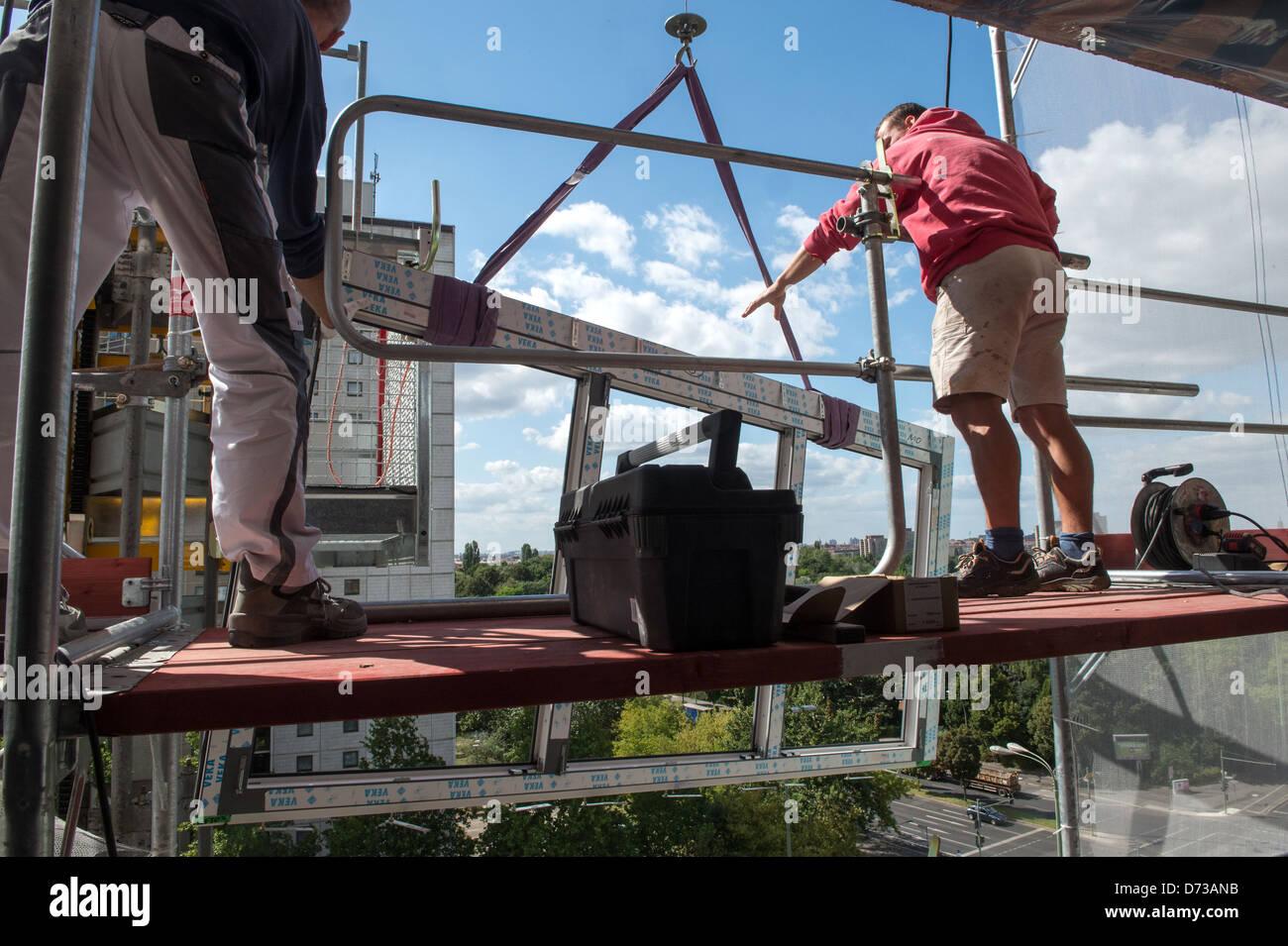 Berlin, Allemagne, les travailleurs assemblent sous une fenêtre thermique Photo Stock